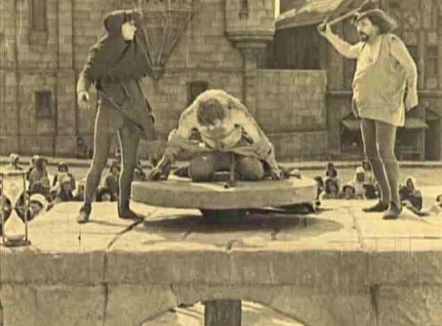 Lon Chaney in una scena de Il gobbo di Notre Dame