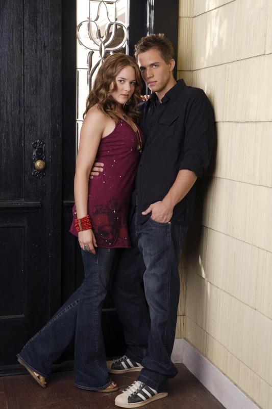 Lori Trager (April Matson) insieme a Declan McDunaugh (Chris Olivero) in una immagine promo di Kyle XY