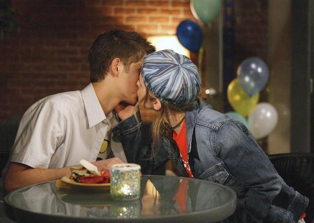 Magda Apanowicz e Jean-Luc Bilodeau si scambiano un bacio nell'episodio 'La verità nascosta' della seconda stagione di Kyle XY