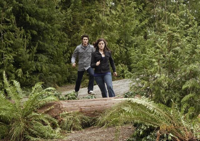 Matt Dallas cerca di raggiungere Jaimie Alexander nell'episodio 'Chi è Kyle?' della serie tv Kyle XY