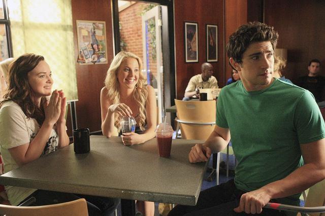 Matt Dallas con alcune colleghe in una scena dell'episodio 'Grey Matters' della serie tv Kyle XY