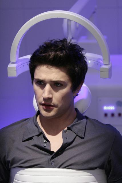 Matt Dallas durante una scena dell'episodio 'Scacco alla Madacorp' della serie tv Kyle XY