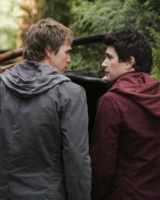 Matt Dallas e Chris Olivero di spalle, in una scena dell'episodio 'Fantasmi' della seconda stagione di Kyle XY