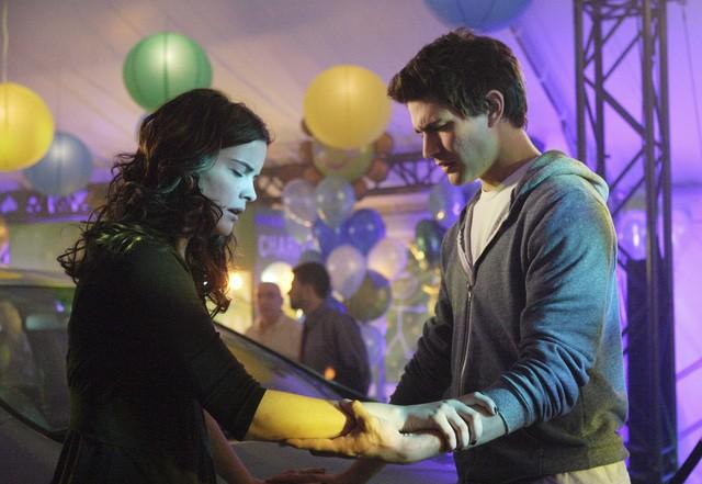 Matt Dallas e Jaimie Alexander   in una scena dell'episodio 'La verità nascosta' della seconda stagione di Kyle XY