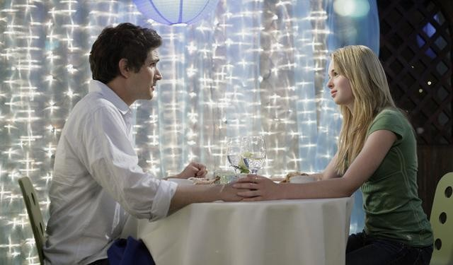 Matt Dallas insieme a Kirsten Prout in un momento dell'episodio 'Great Expectations' della serie tv Kyle XY