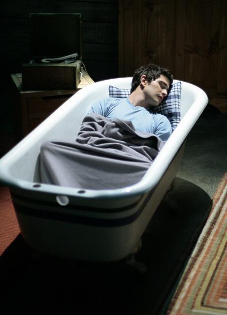 Matt Dallas, nei panni di Kyle, dorme nella sua vasca nell'episodio 'Primary Colors' della serie tv Kyle XY