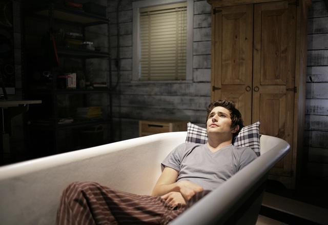 Matt Dallas nella sua vasca da bagno, nell'episodio 'Great Expectations' della serie tv Kyle XY