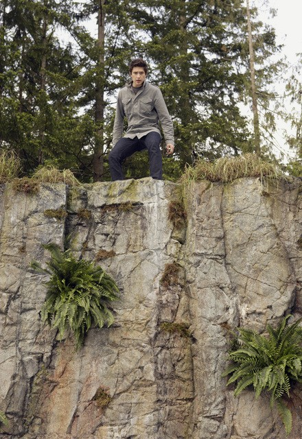 Matt Dallas si affaccia dal dirupo dal quale Jessi ha spiccato il salto nell'episodio 'Chi è Kyle?' della serie tv Kyle XY