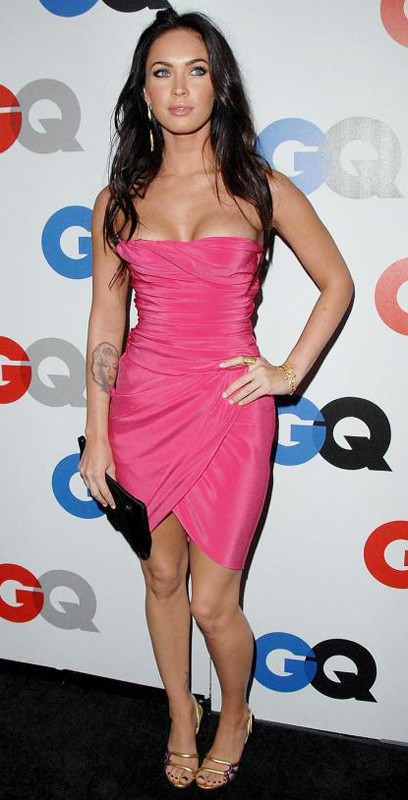 Megan Fox fasciata in un abito rosa shocking