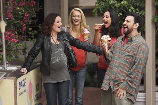 Megan Mullally ed Horatio Sanz in una scena dell'episodio It Takes a Village Idiot di In the Motherhood