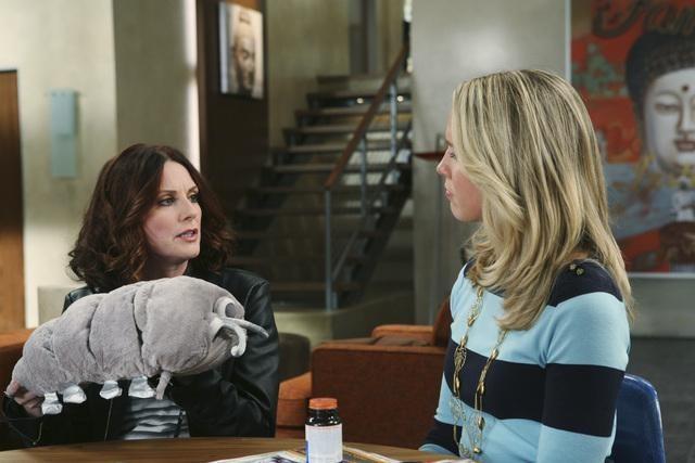 Megan Mullally in una scena dell'episodio It Takes a Village Idiot di In the Motherhood