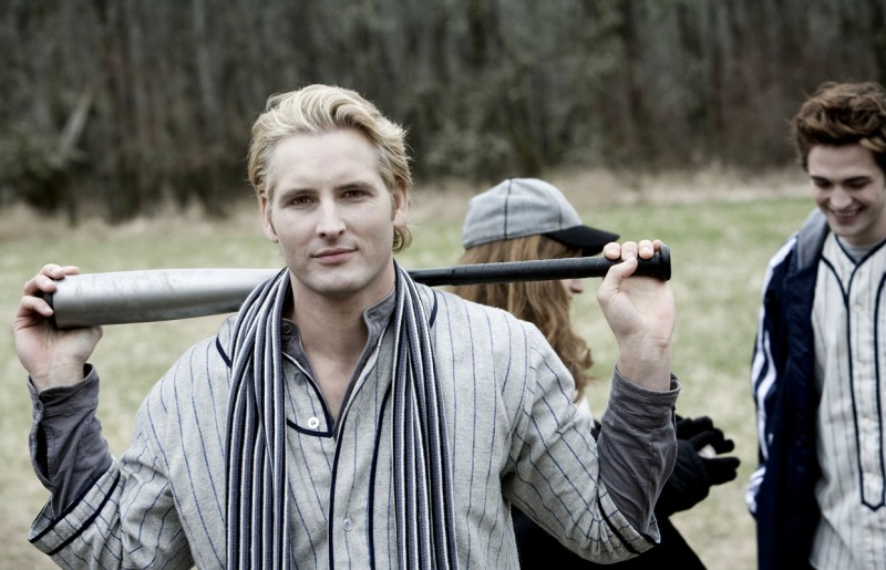 Peter Facinelli è Carlisle in Twilight (dietro di lui, Robert Pattinson)
