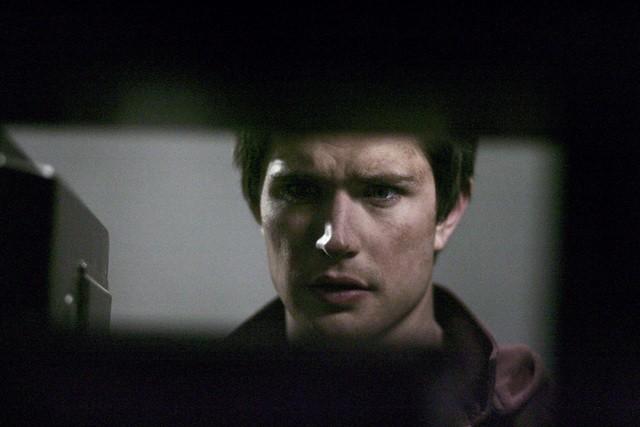 Un primo piano di Matt Dallas nell'episodio 'Fantasmi' della seconda stagione di Kyle XY