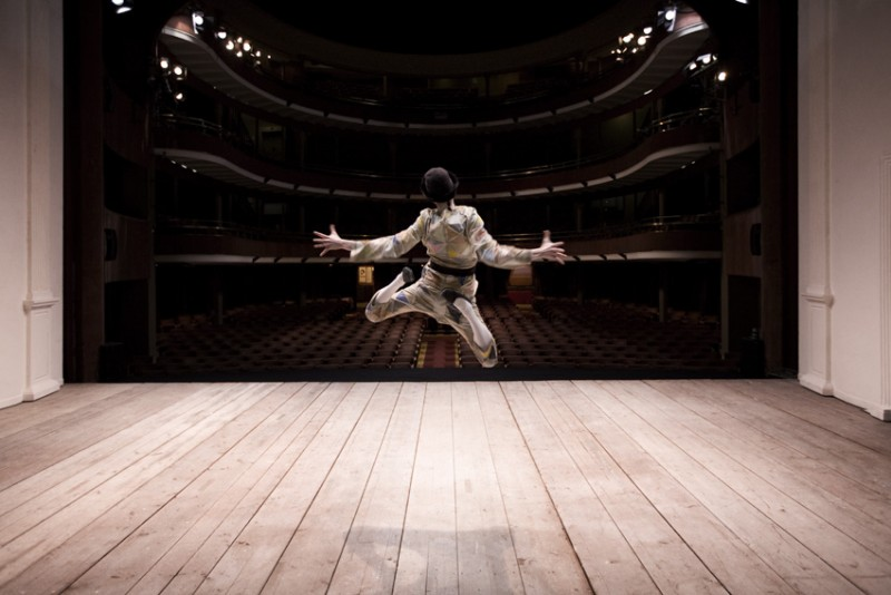 Una bellissima immagine di Adriano Braidotti dietro le quinte della piece teatrale in cui interpreta Arlecchino