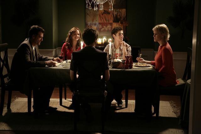 Una cena in famiglia nell'episodio 'Scacco alla Madacorp' della serie tv Kyle XY
