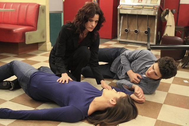 Ally Sheedy, Matt Dallas e Jaimie Alexander nell'episodio 'Hello...' della serie tv Kyle XY