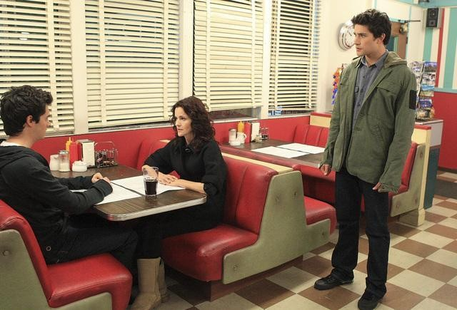 Ally Sheedy, Matt Dallas in una sequenza dell'episodio 'Hello...' della serie tv Kyle XY