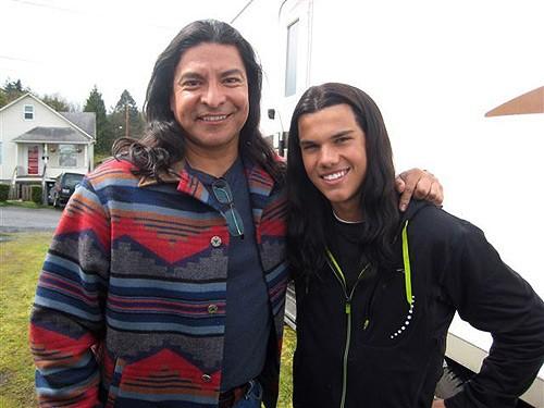 Billy Black e Jacob Black (interpretati da Gil Birmingham  e Taylor Lautner) sul set di Twilight