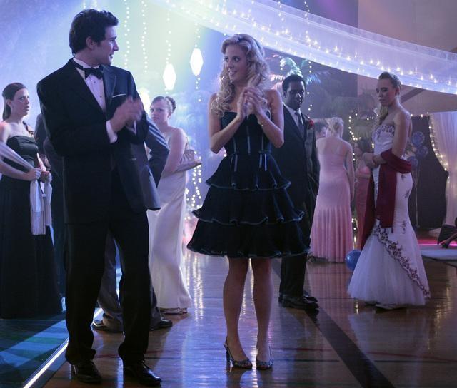 Chelan Simmons e Matt Dallas al ballo della scuola nel finale della seconda stagione di Kyle XY: I've Had the Time of my Life