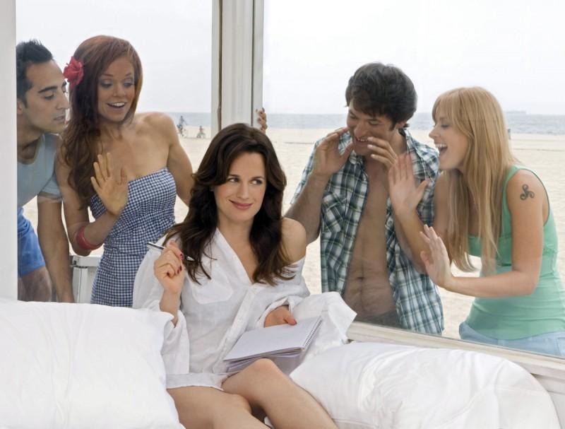 Elizabeth Reaser in una immagine promozionale della serie The Ex List