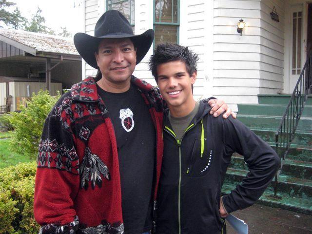 Gil Birmingham insieme a Taylor Lautner durante la lavorazione di Twilight