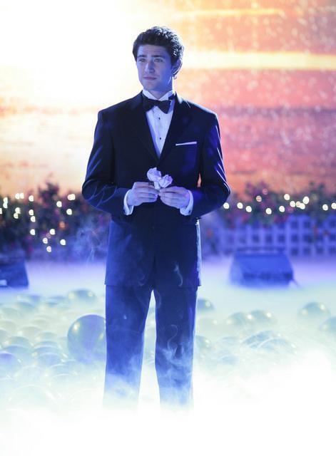 Matt Dallas attende la sua dama nel finale della seconda stagione di Kyle XY: I've Had the Time of my Life