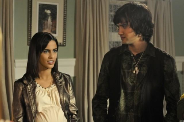 Michael Steger e Jessica Lowndes in una scena dell'episodio Off the Rails di 90210