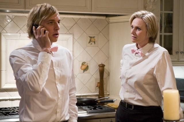 Ryan Hansen e Jane Lynch in una scena dell'episodio Willow Canyon Homeowners Annual Party di Party Down