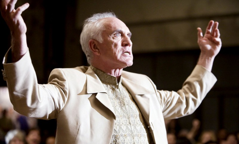 Terence Stamp in una scena di Yes Man