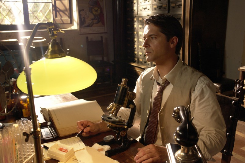Ettore Bassi in una foto di scena del film TV Mal'Aria