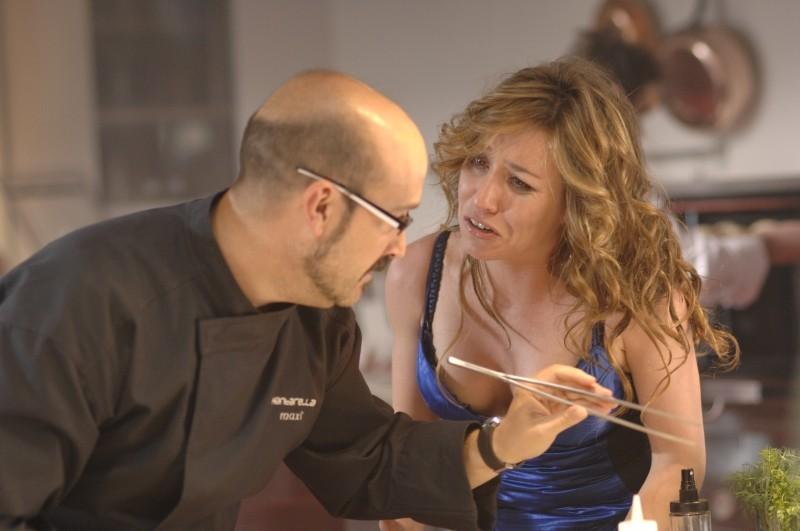 Intimità tra Javier Camara e Lola Dueñas in una scena di Fuori menù
