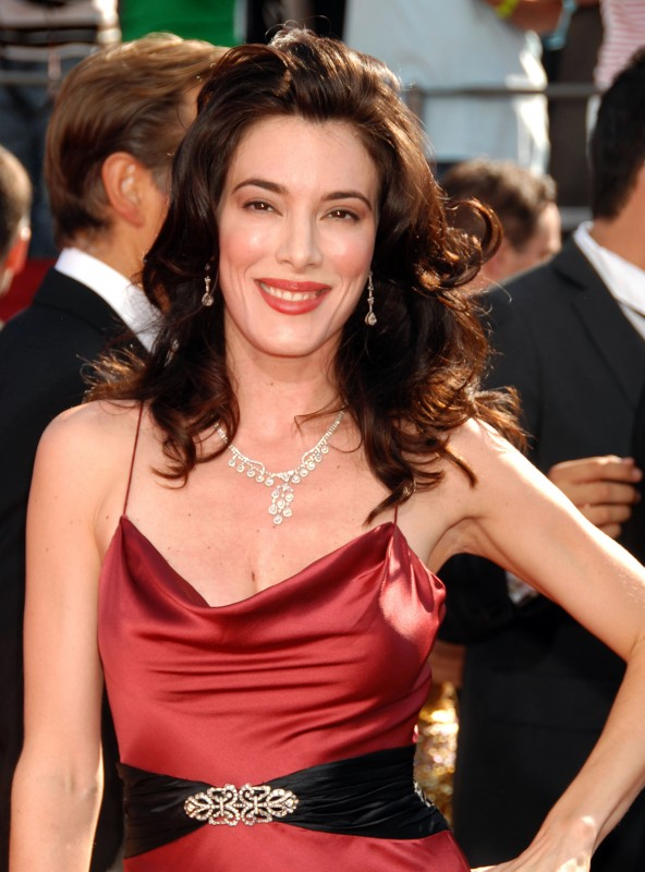 Jaime Murray in abito rosso