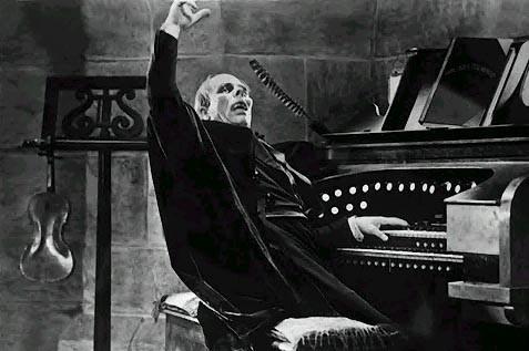 Lon Chaney mentre suona l'organo in The Phantom of the Opera