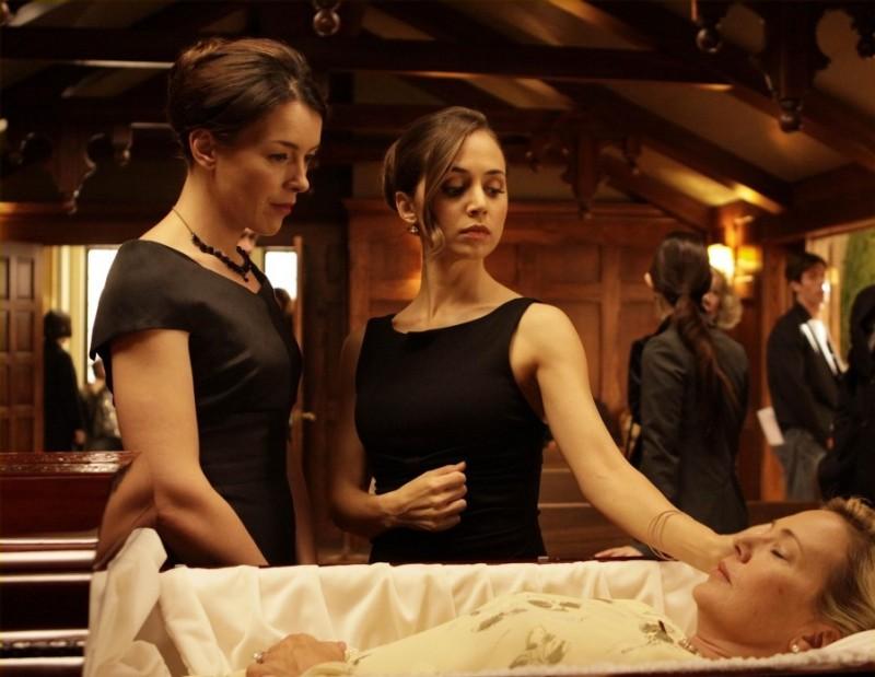 Olivia Williams ed Eliza Dushku in una scena dell'episodio Haunted di Dollhouse