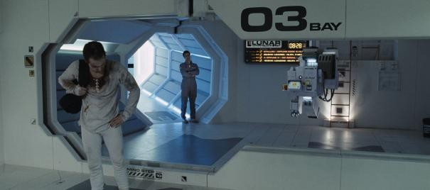 Sam Rockwell all'interno dell'astronave in una scena di Moon.