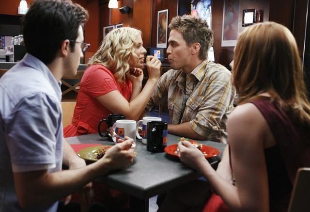 Ali Liebert e Chris Olivero in una scena dell'episodio Guess Who's Coming to Dinner, della serie tv Kyle XY