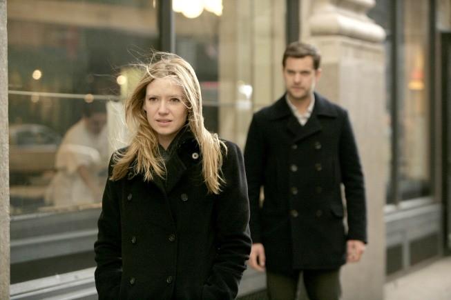 Anna Torv e Joshua Jackson in una scena dell'episodio Bad Dreams di Fringe