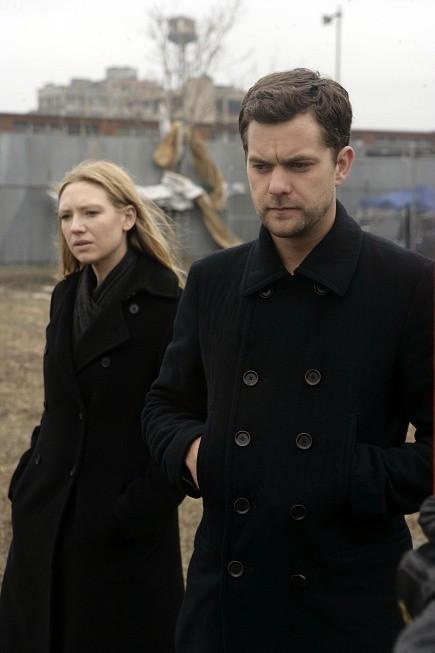 Anna Torv e Joshua Jackson in una scena dell'episodio Midnight di Fringe