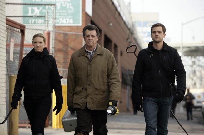 Anna Torv, John Noble e Joshua Jackson in una scena dell'episodio Unleashed di Fringe