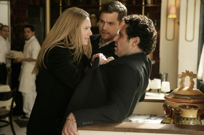 Anna Torv, John Noble e Joshua Jackson nell'episodio Bad Dreams di Fringe