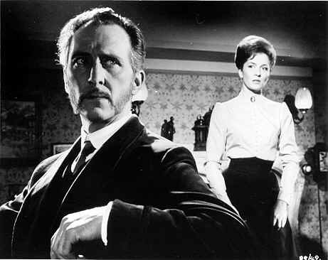 Barbara Shelley e Peter Cushing in una scena de Lo sguardo che uccide