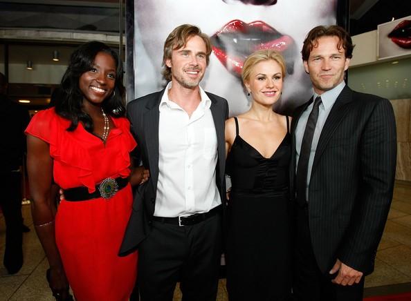 Il cast di True Blood alla premiere della serie, a Los Angeles: Rutina Wesley, Sam Trammell, Anna Paquin e Stephen Moyer
