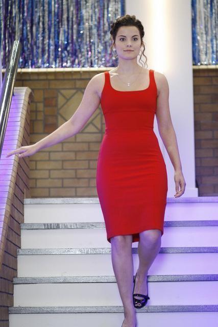 Jaimie Alexander fasciata di rosso  in un momento dell'episodio 'Chemistry 101' della serie tv Kyle XY