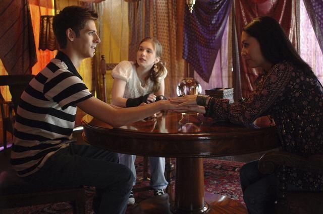 Jean-Luc Bilodeau, Magda Apanowicz e Carmen Moore in una scena dell'episodio 'Psychic Friend' della serie tv Kyle XY