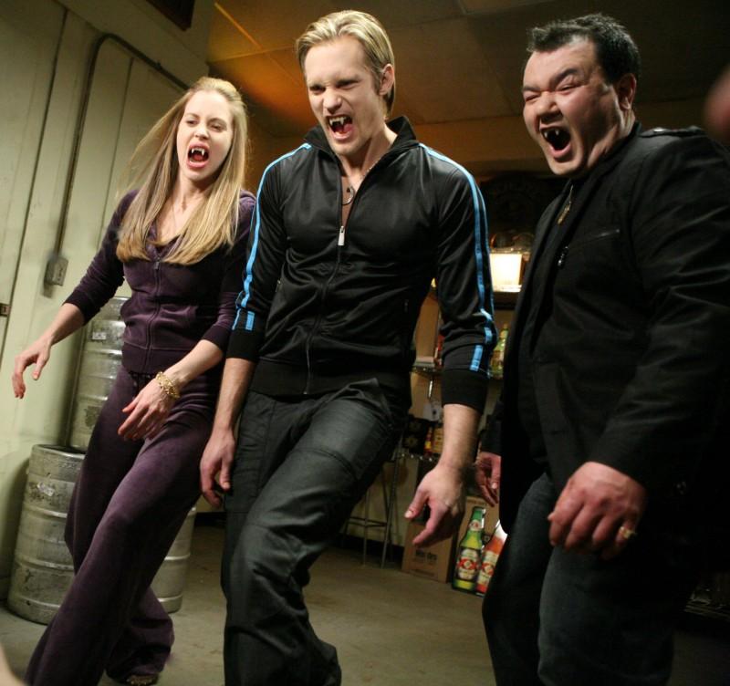 Kristin Bauer, Alexander Skarsgard e Patrick Gallagher in un'immagine dell'episodio 'Keep This Party Going' della seconda stagione di True Blood