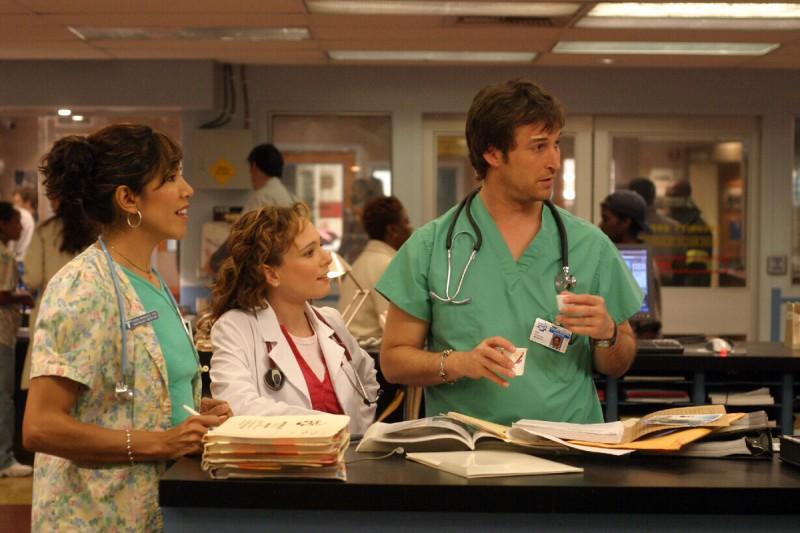 Laura Cerón e Noah Wyle in una scena di ER