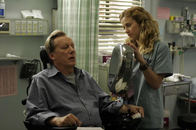 Linda Cardellini con James Woods in una scena di ER - Medici in prima linea