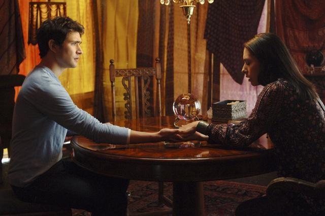 Matt Dallas e Carmen Moore in una scena dell'episodio 'Psychic Friend' della serie tv Kyle XY