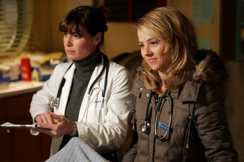 Maura Tierney e Linda Cardellini nel telefilm ER - Medici in prima linea