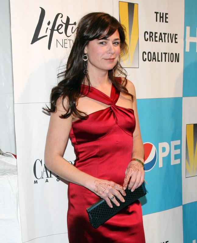 tatuaggi all\'henné e abito rosso per la seducente Maura Tierney